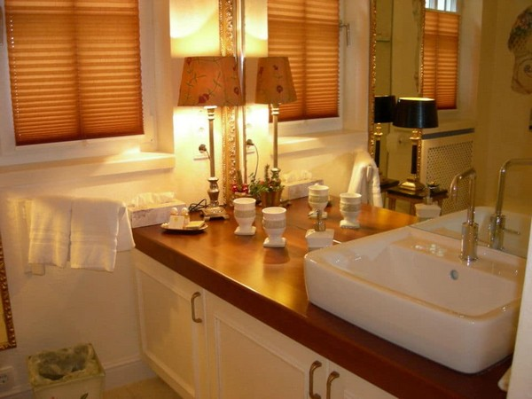 5-world's-smallest-hotel-guinness-book-records-wash-basin-classical-bathroom