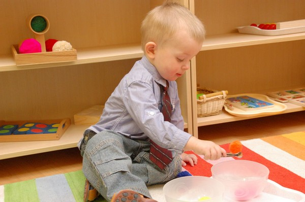 6-maria-monterssori-toddler-room-low-shelves-carpet-child-kid-playing-on-the-floor-indoor-games