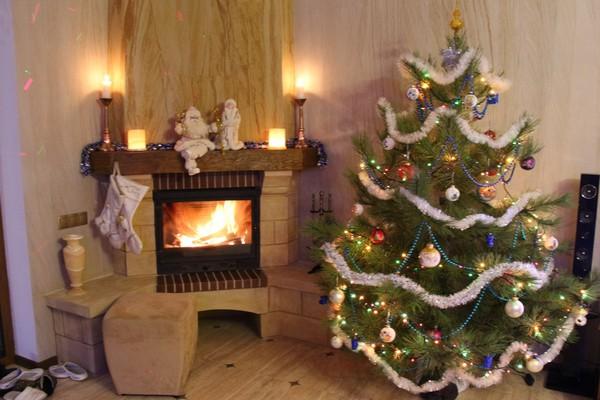 7-1-flexible-sandstone-in-interior-design-christmas-tree-fireplace