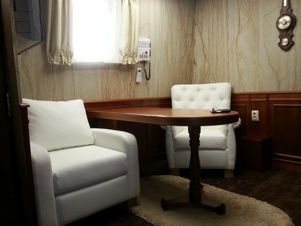 8-2-flexible-sandstone-in-interior-design-yacht-boat-cabin-white-soft-arm-chairs