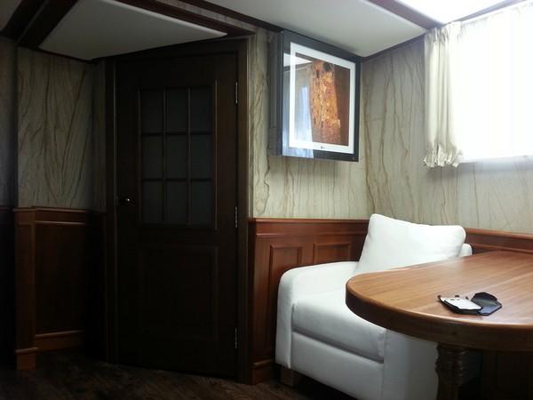 8-3-flexible-sandstone-in-interior-design-yacht-boat-cabin-white-soft-arm-chair