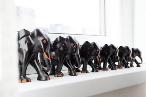 8-modern-ascetic-interior-black-mammoth-figurine-decor