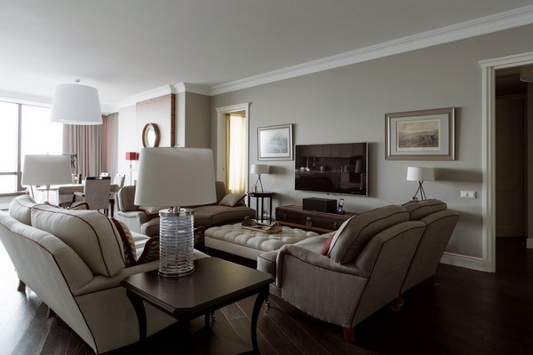 9-English-interior-style-living-room-gray-walls-sofas-lamps-pictures (2)