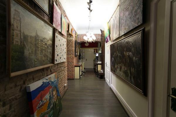 9-creative-interior-design-artist's-apartment-studio-artworks-paintings-brick-walls-hallway