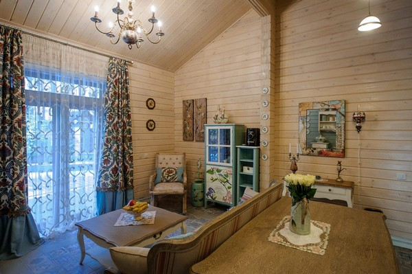 9-vintage-style-beige-and-turquoise-sauna-interior-rest-living-room-bird-theme-decor-pattern-stripy-sofa-capitone-rocking-chair-retro-lamp-decorative-plates-floral-blinds-curtains-wooden-walls-decoupage-furniture