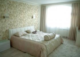 0-monochrome-pastel-beige-neutral-bedroom-interior-design-floral-wallpaper-light-floor-laminate-shaggy-carpet-traditional-style