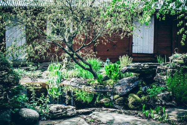 1-2-Scandinavian-Sweden-bohemian-boho-chic-style-old-wooden-orange-house-exterior-yard-garden