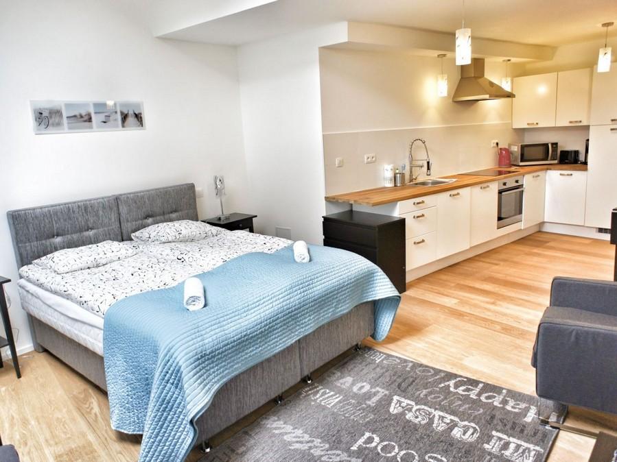 1-minimalist-style-studio-apartment-white-walls-kitchen-bedroom