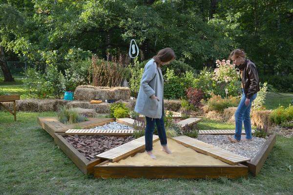 1-mobile-sensory-garden-in-big-city-park-sand-pebbles-tree-bark-hay-grass