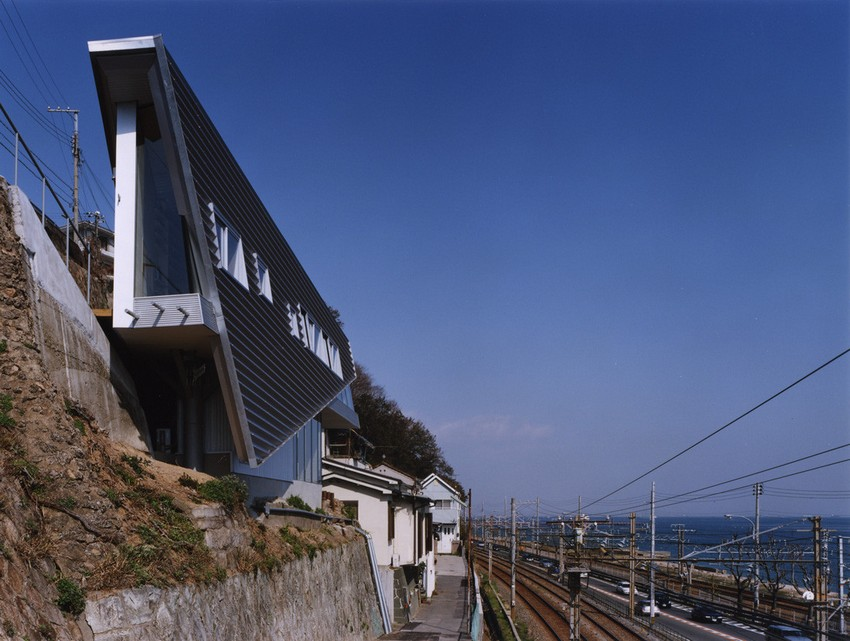 1-world's-narrowest-houses-Rooftecture S-by-Shuhei-Endo-in-Kobe-Japan-on-the-rock-edge-sea-view-near-railway-highway-unusual-architecture