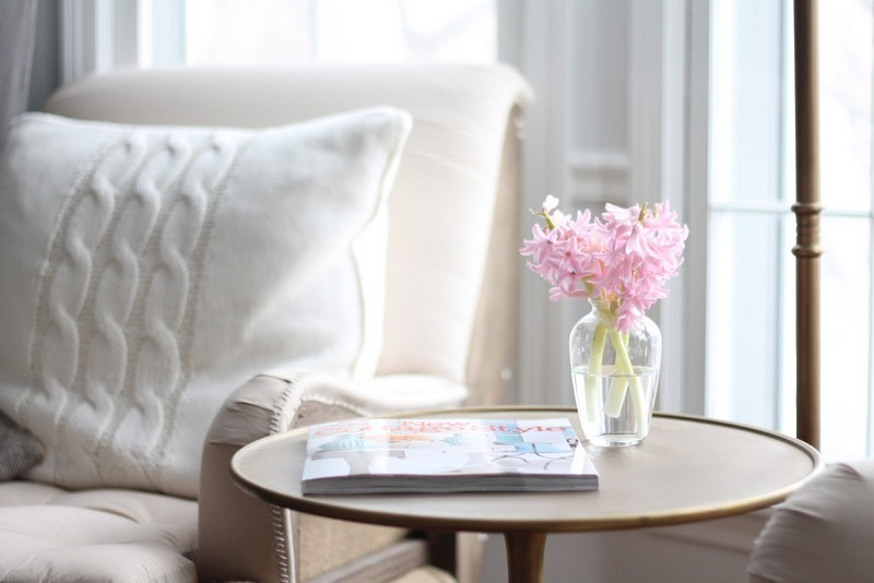 10-beautiful-cozy-interior-setting-pastel-pink-flowers-on-coffee-table-book-arm-chair-knitted-pillow-magazine