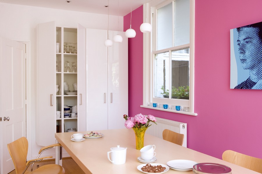11-pink-yarrow-color-of-the-year-2017-pantone-in-interior-design-kitchen-dining-room-wall-white-glossy-cupboard-light-wooden-furniture-pendant-lamps