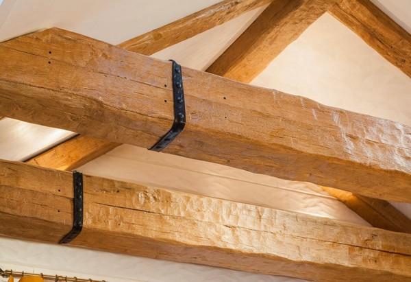 12-cheerful-blue-yellow-white-attic-bedroom-interior-design-ceiling-beams
