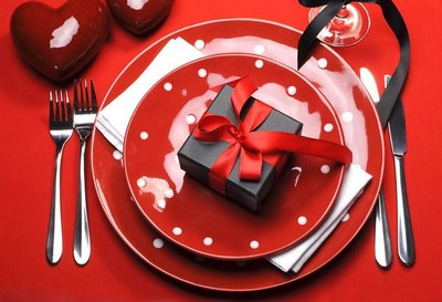 13-beautiful-romantic-table-setting-for-Valentine's-Day-ideas-small-gift-box-red-black-white-tablecloth