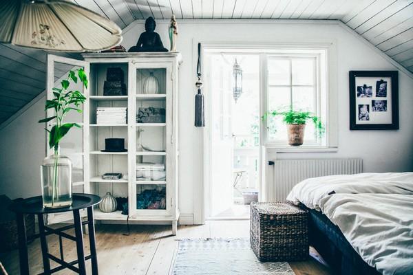 15-Scandinavian-Sweden-bohemian-boho-chic-style-interior-design-bedroom-balcony-exit-white-walls-cupboard