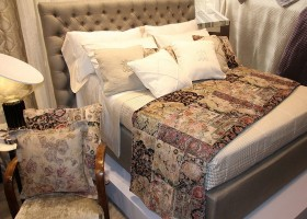 16-Mastro-Raphael-home-textile-at-Maison-&-Objet-2017-exhibition-trade-fair-beige-bed-linen-in-classical-style-pattern-bee-logo