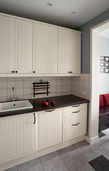 2-light-white-textured-wooden-kitchen-set-cabinet-front-doors-dark-black-worktop-forged-accessory