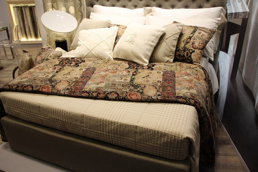 20-Mastro-Raphael-home-textile-at-Maison-&-Objet-2017-exhibition-trade-fair-beige-bed-linen-in-classical-style-pattern-bee-logo