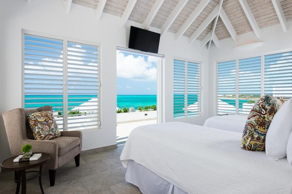 20-bedroom-interior-design-with-ocean-sea-view-panoramic-windows-bed-shutters