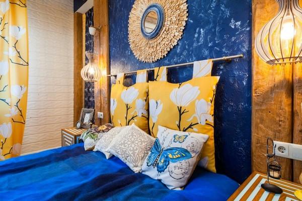 20-cheerful-blue-yellow-white-attic-bedroom-interior-design-ceiling-beams-pillows-headboard-hand-made-designer-mirror-3D-walls