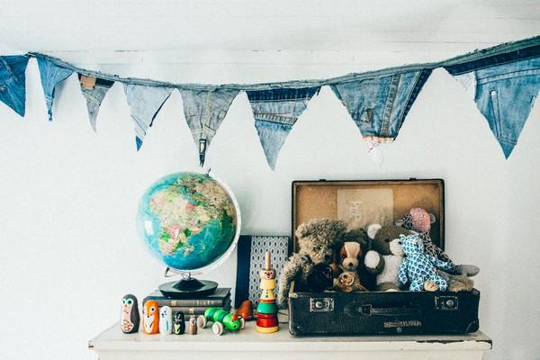 21-Scandinavian-Sweden-bohemian-boho-chic-style-interior-design-toddler-room-kid's-bedroom-decor-vintage-old-suitcase