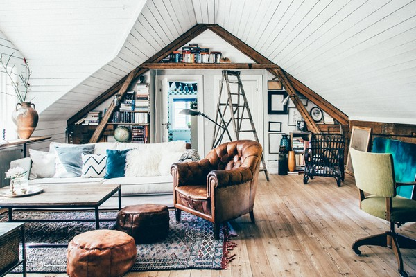 22-Scandinavian-Sweden-bohemian-boho-chic-style-interior-design-living-room-white-walls-attic-floor-leather-arm-chair-wooden-ceiling-decor