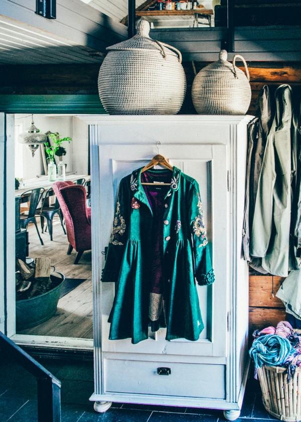 27-Scandinavian-Sweden-bohemian-boho-chic-style-interior-design-green-jacket-decor