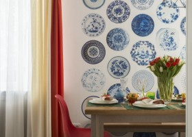 3-holland-dutch-style-kitchen-dining-room-interior-design-oak-table-red-plastic-chair-tulips-in-vase-multicolor-blinds-curtains-mismatched-stools-decorative-blue-and-white-plates-wallpaper