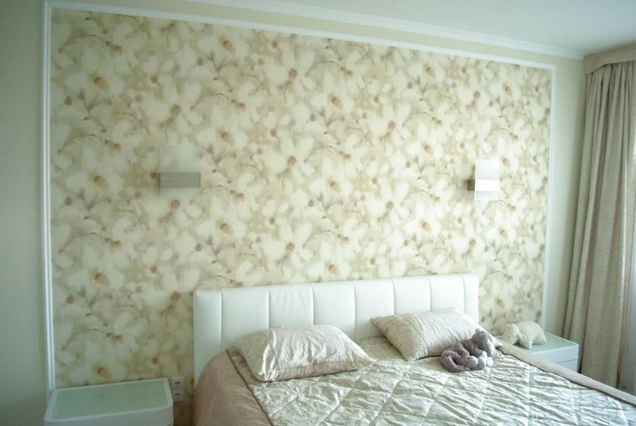 5-monochrome-pastel-beige-neutral-bedroom-interior-design-floral-wallpaper-light-floor-laminate-shaggy-carpet-traditional-style