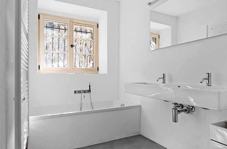 6-France-chalet-interior-design-Scandinavian-style-rough-wooden-beams-white-walls-minimalist-bathroom