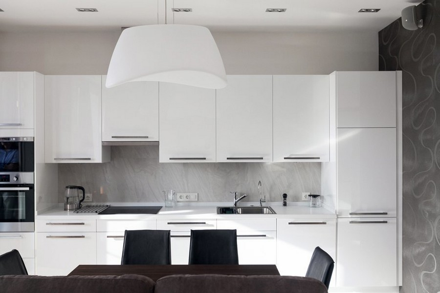 6-light-white-beige-and-purple-modern-style-minimlaist-bachelor's-apartment-interior-design-kitchen-dining-room-big-lamp-glossy-cabinet-fronts