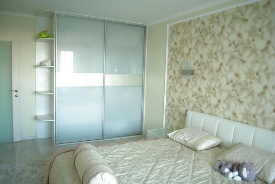 6-monochrome-pastel-beige-neutral-bedroom-interior-design-floral-wallpaper-light-floor-laminate-shaggy-carpet-traditional-style-built-in-wardrobe-closet