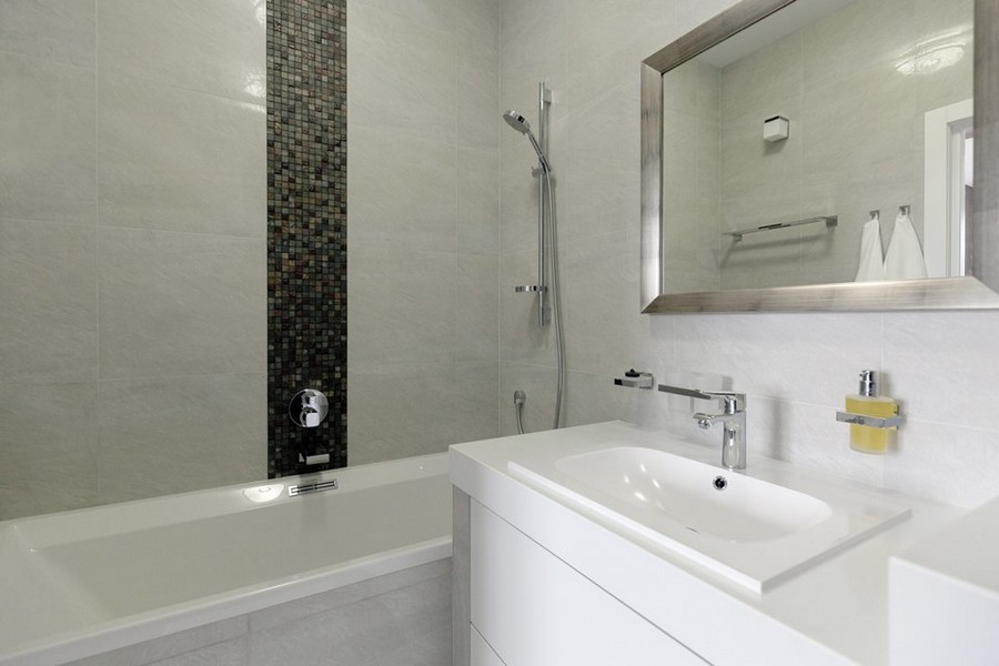 7-light-white-beige-and-purple-modern-style-minimlaist-bachelor's-apartment-interior-design-bathroom-mosaic-tiles-insertion