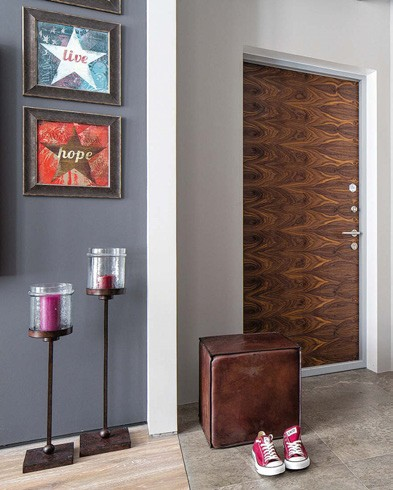 8-gray-loft-style-bachelor's-apartment-interior-design-open-plan-entry-room-zone-leather-ottoman-laminate-flooring-ceramic-granite-tiles