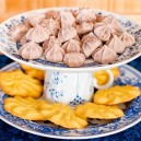 0-DIY-handmade-fruit-bowl-mini-dessert-cake-stand-from-old-cups-and-dishes-blue-and-white