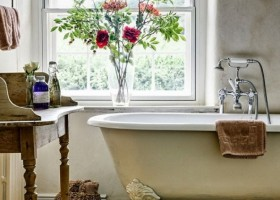 0-Provence-style-bathroom-interior-design-vintage-retro-bathtub-decor-pastel-colors-furniture-clawfoot-bath-shelves-window-basket