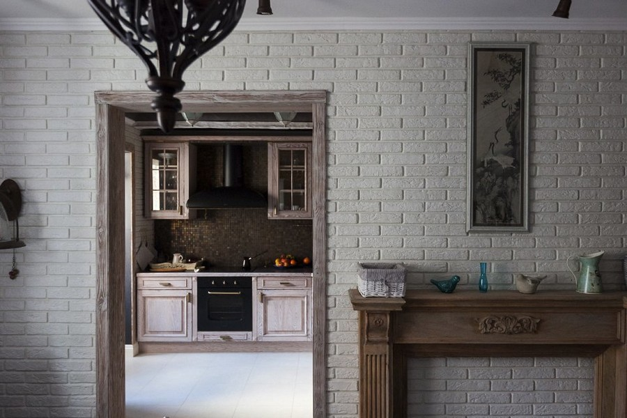 1-1-eclectic-provence-style-interior-design-faux-brick-wall-white-fireplace-open-concept-kitchen-brwon-mosaic-tiles-backsplash