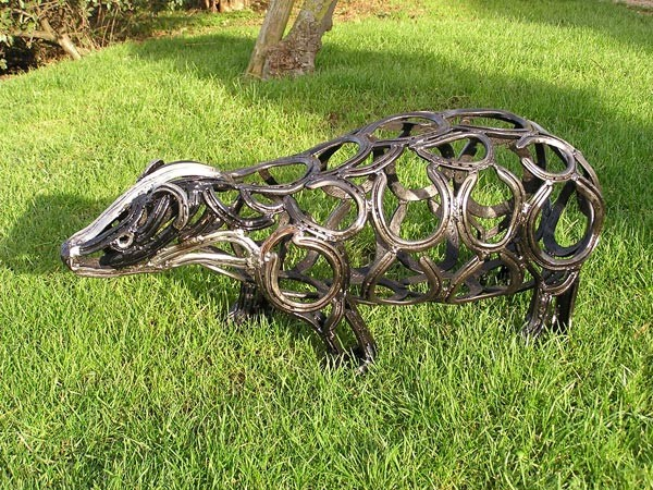 1-badger-forgen-metal-garden-sculptures-art-from-horseshoes-by-Tom-Hill-England