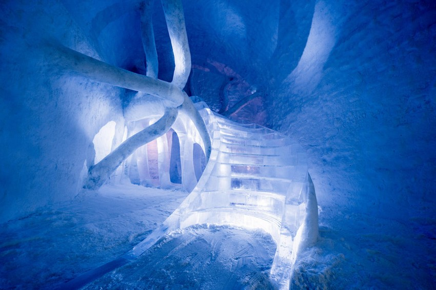 12-icehotel-sweden-cold-ice-room-interior-design-dreamscape-staircase-hand-carved-ice-figures