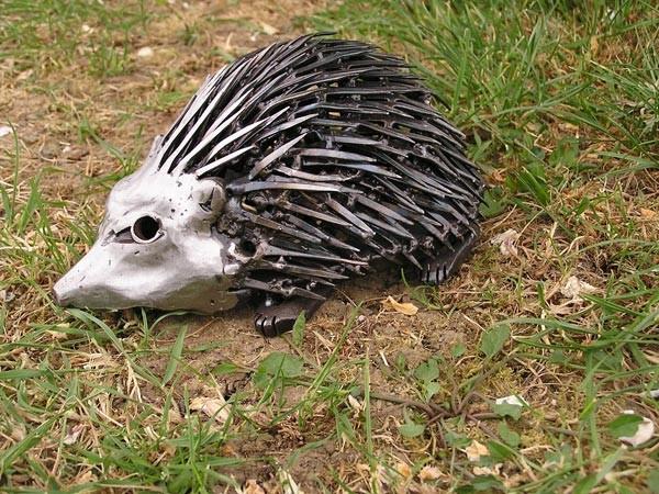 15-hedgehog-forgen-metal-garden-sculptures-art-from-horseshoes-by-Tom-Hill-England