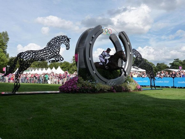 20-horses-olympic_on-last-jump-forgen-metal-garden-sculptures-art-from-horseshoes-by-Tom-Hill-England