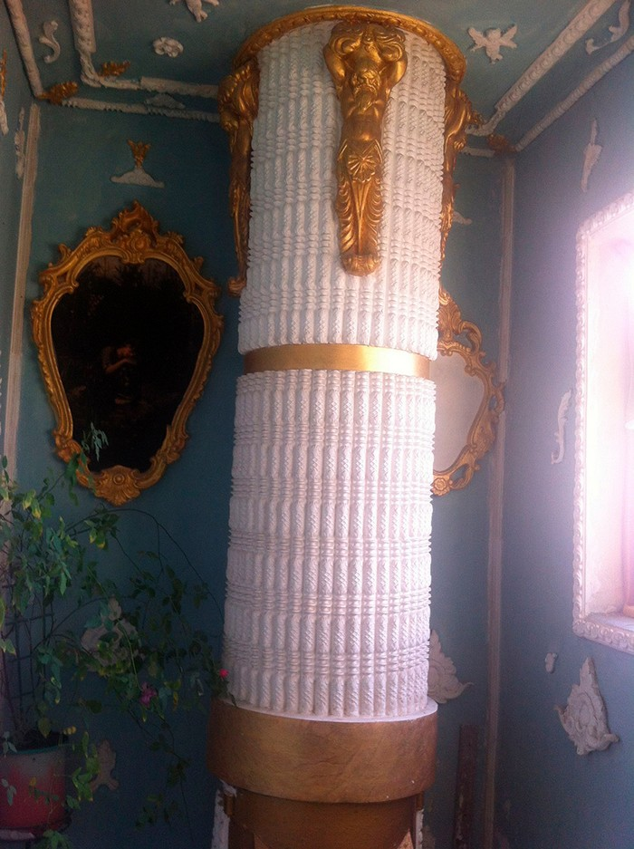 4-Rococo-style-common-stair-design-Kyiv-portraits-plaster-moldings-gold-plated-wall-decor-decorated-rubbish-chute