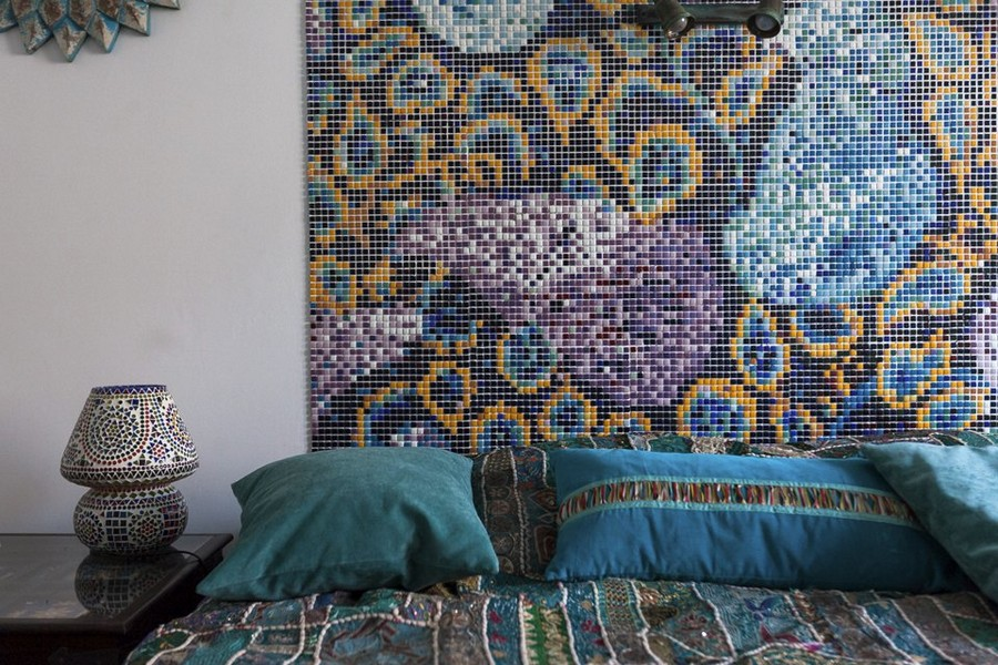 5-2-eclectic-provence-style-interior-design-ethnical-motives-oriental-mosaic-tiles-headboard-bedside-lamps-bed-linen