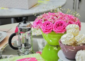 5-2-how-to-decorate-table-setting-for-Valentine's-Day-creative-ideas-DIY-workshop-centerpiece-composition-flowers-marshmallow-kettle