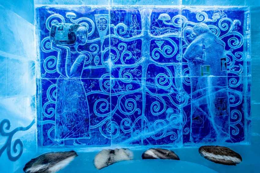 5-icehotel-sweden-cold-ice-room-interior-design-gustav-klimt-kiss-artwork-picture-painting-inspired-hand-carved-ice-figures