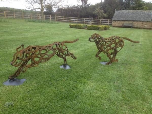 7-dog-fox-hounds-forgen-metal-garden-sculptures-art-from-horseshoes-by-Tom-Hill-England
