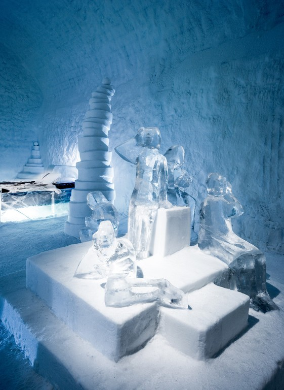9-icehotel-sweden-cold-ice-room-interior-design-twitter-hand-carved-ice-figures