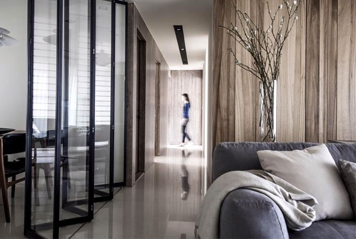 00-contemporary-minimalist-naturalistic-style-interior-design-white-glossy-floor-gray-black-beige-accents-wooden-wall-panels-wood-grain-folding-glass-door-corridor