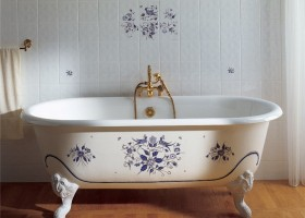 1-2-cast-iron-bath-bathtub-in-bathroom-interior-design-retro-style-blue-flowers-floral-pattern-shower-head-brass-vintage-wall-tiles-white-claw-foot