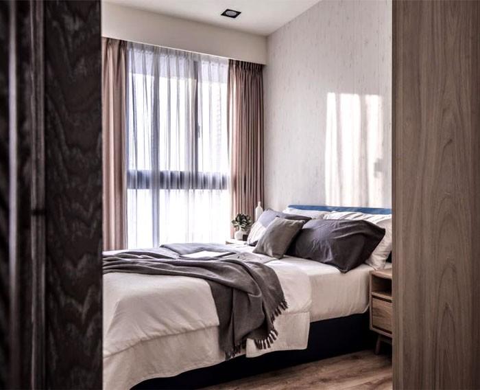 11-contemporary-minimalist-naturalistic-style-bedroom-interior-design-white-walls-wooden-floor-gray-black-accents-wood-grain